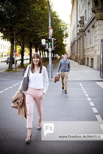 gehen Straße Großstadt jung