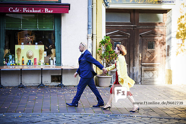 Senior Senioren gehen Straße vorwärts