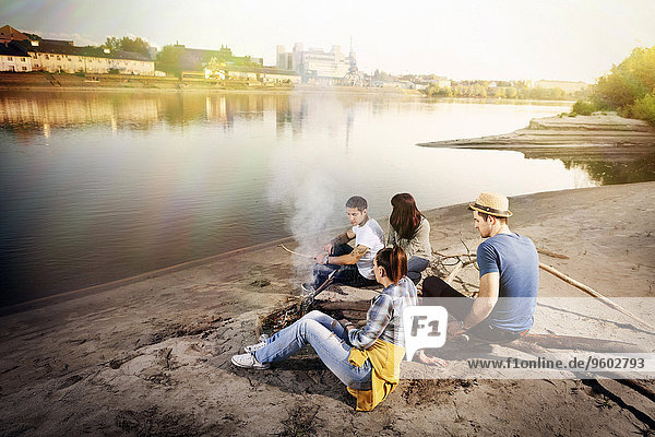 Lagerfeuer Flussufer Ufer Freundschaft Entspannung