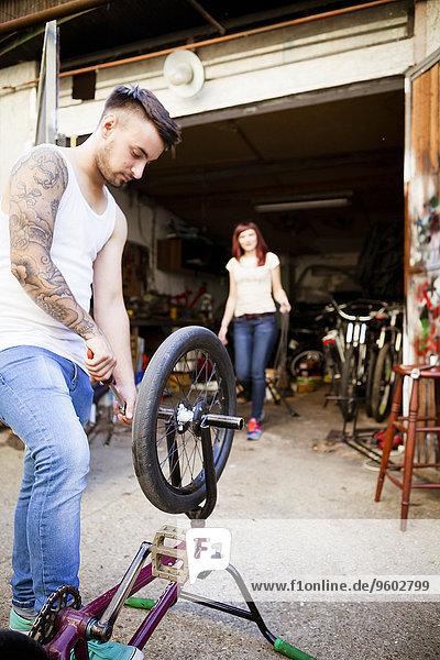 Mann reparieren jung Fahrrad Rad BMX