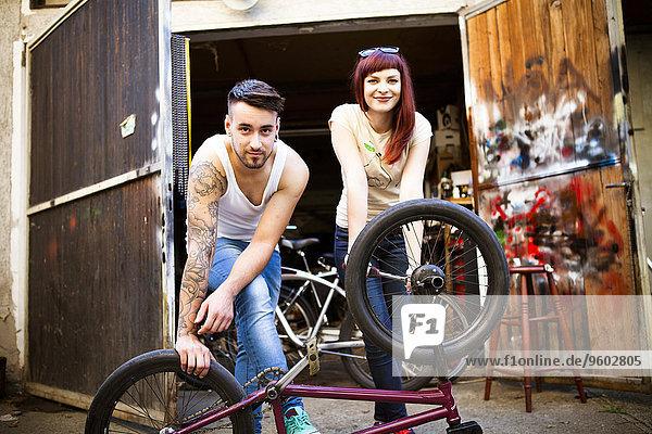 reparieren jung Fahrrad Rad
