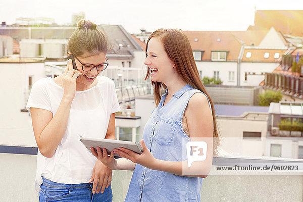 benutzen Frau Balkon 2 jung Tablet PC Smartphone