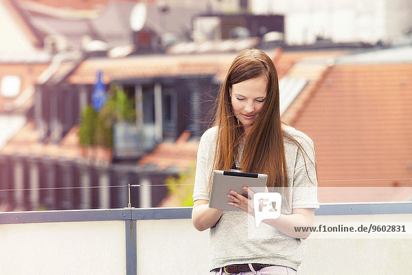 junge Frau junge Frauen benutzen Balkon Tablet PC