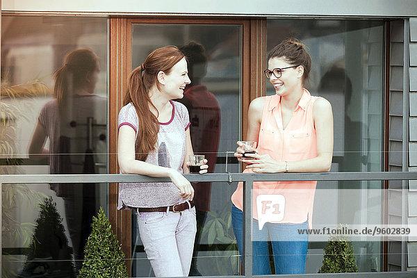 Frau Getränk Balkon 2 jung