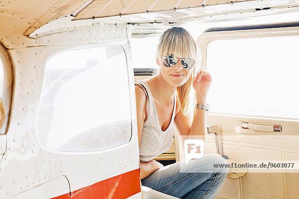 Flugzeug sitzend junge Frau junge Frauen Verletzung der Privatsphäre
