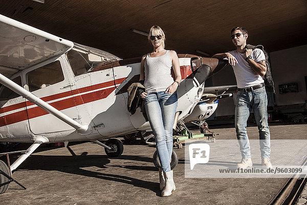 Flugzeug angelehnt jung Propeller
