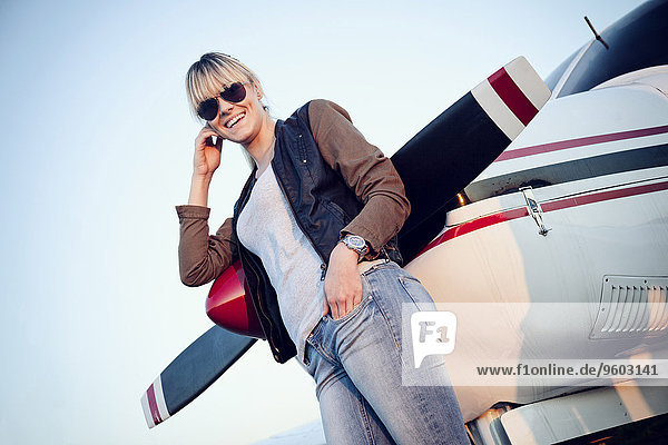 Flugzeug stehend junge Frau junge Frauen Propeller