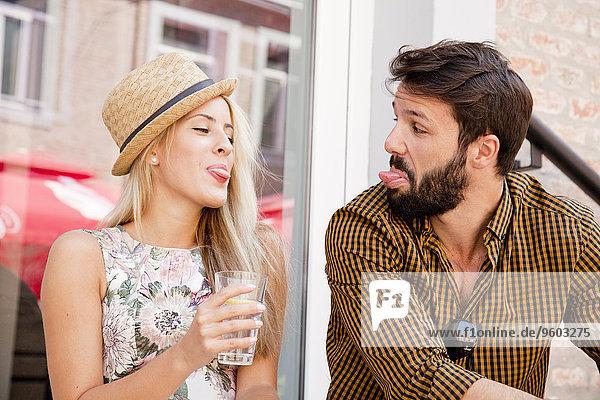 Fröhlichkeit Zunge herausstrecken jung