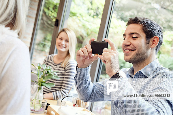 Mann Fotografie nehmen Smartphone
