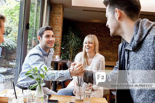 Interior zu Hause Freundschaft schütteln