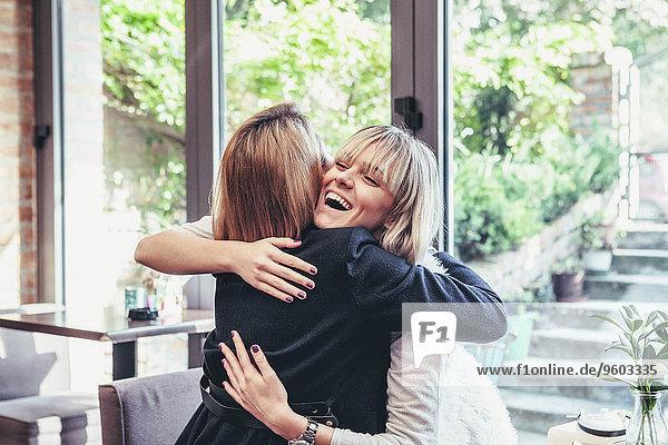 Frau umarmen 2 jung Glück