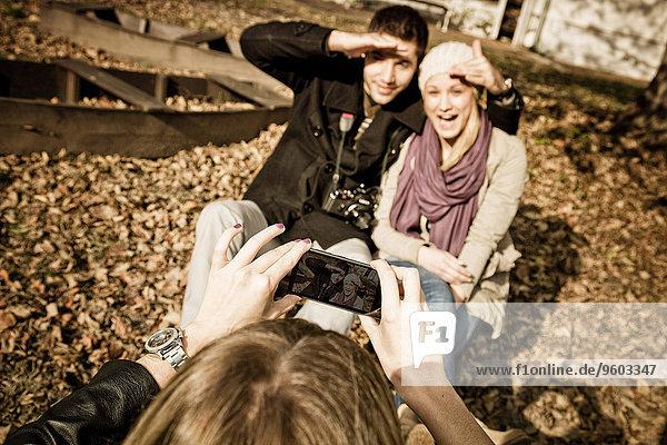 Außenaufnahme junge Frau junge Frauen Fotografie nehmen Smartphone freie Natur