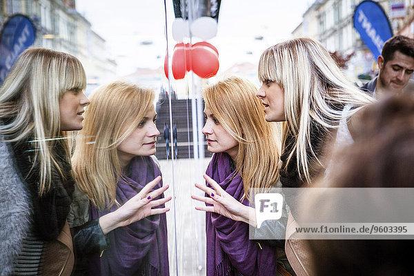 Frau sehen Fenster Laden