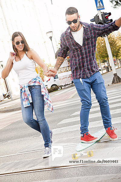 Bär Frau Mann Hilfe Skateboard jung