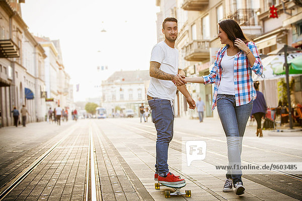 Mann Straße Großstadt jung Skateboarding