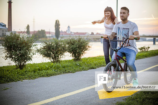 Zusammenhalt radfahren jung Skateboarding