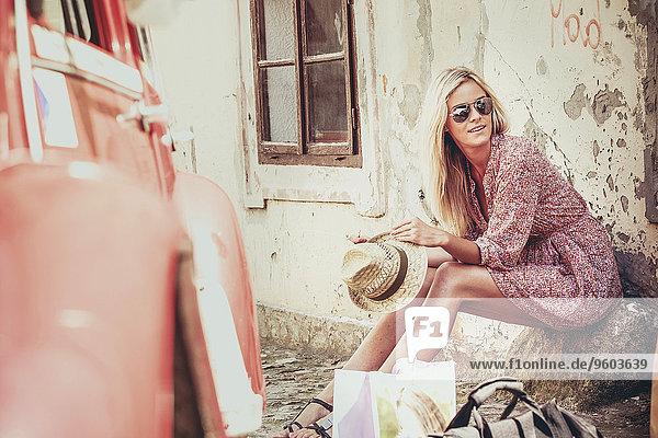 Außenaufnahme junge Frau junge Frauen blond Auto warten Haar freie Natur