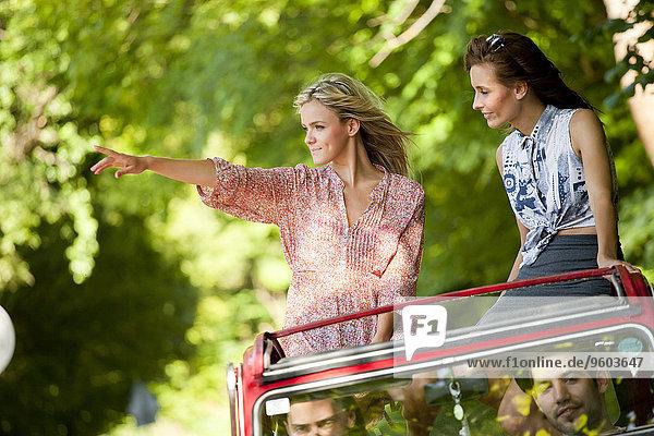 junge Frau junge Frauen zeigen Auto Cabrio