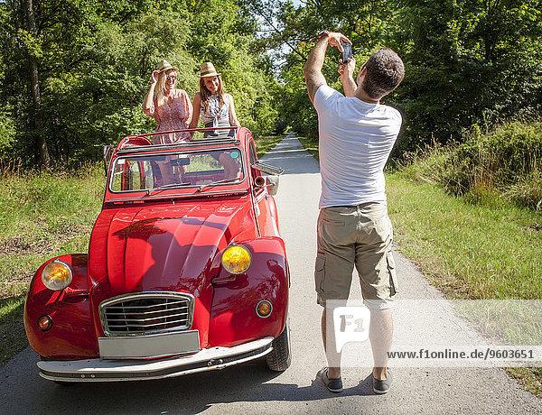 Mann Freundin Fotografie nehmen Auto rot jung