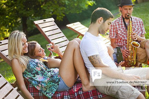 Mensch Entspannung Menschen jung Liege Liegen Liegestuhl
