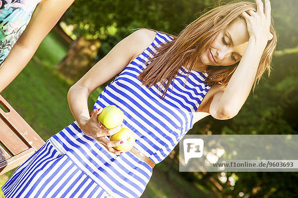 junge Frau junge Frauen halten Hemd Apfel Streifen