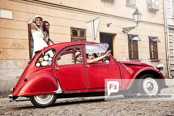 Mensch Menschen Auto fahren Stadt Retro jung