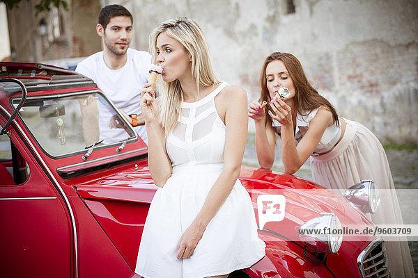 Mensch Menschen Auto Eis jung essen essend isst Sahne