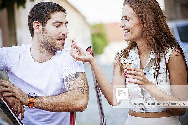 Zusammenhalt Eis jung essen essend isst Sahne