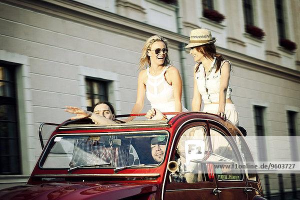 Mensch Menschen Auto fahren Großstadt Retro jung