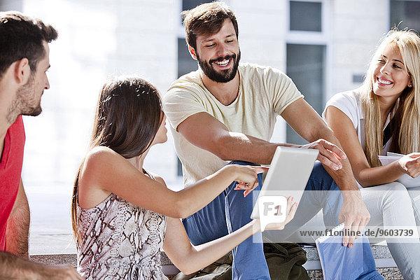 Zusammenhalt benutzen Student Tablet PC Universität