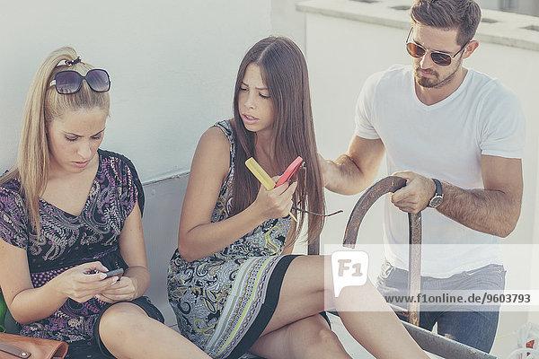Dach Mensch sehen Menschen Party jung Smartphone