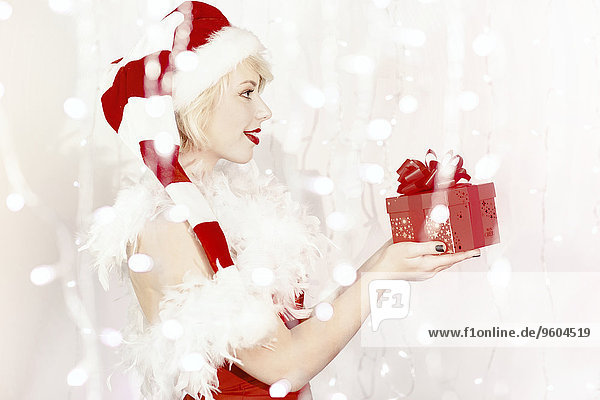 Geschenk, junge Frau, junge Frauen, halten, Kostüm - Faschingskostüm, Verkleidung