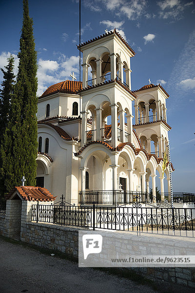 Griechenland  Peloponnes  Griechisch-Orthodoxe Kirche mit Glockentürmen