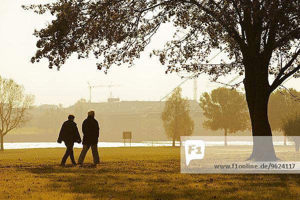 Deutschland  Düsseldorf  Seniorenpaar zu Fuß am Rhein