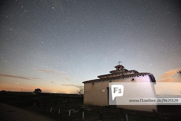 Spanien  Provinz Zamora  Bauen auf einem Acker bei Nacht unter Sternenhimmel
