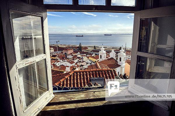 Portugal  Lissabon  Blick auf das Viertel Alfama und den Fluss Tejo durch offenes Fenster