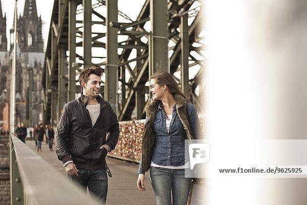 Deutschland  Köln  junges Pärchen auf der Hohenzollernbrücke