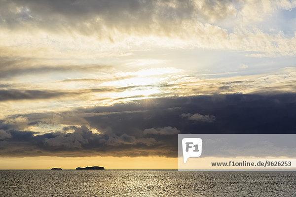 Pazifischer Ozean  Galapagosinseln  Sonnenaufgang über der Insel Rabida
