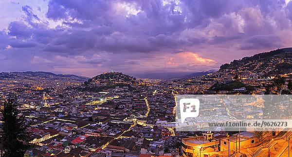 Ecuador,  Quito,  Stadtbild mit El Panecillo bei Sonnenuntergang