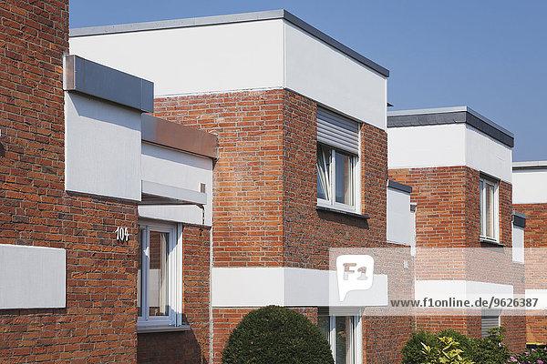 Deutschland  Köln Widdersdorf  Reihenhäuser mit Klinkerfassaden