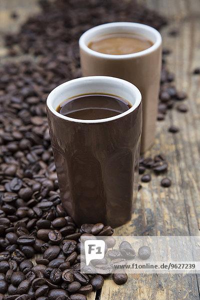 Zwei Tassen Kaffee und Kaffeebohnen
