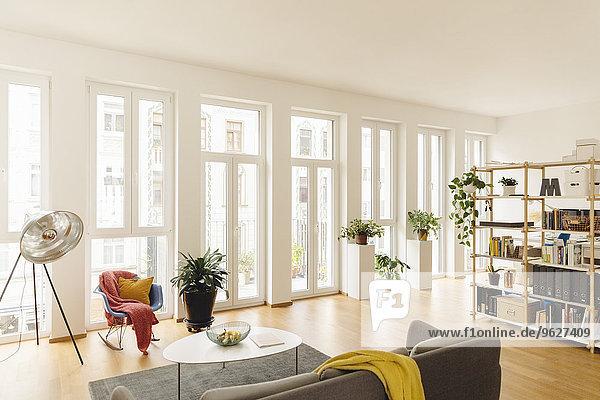 Wohnzimmer und Regal mit Pflanzen im modernen Haus