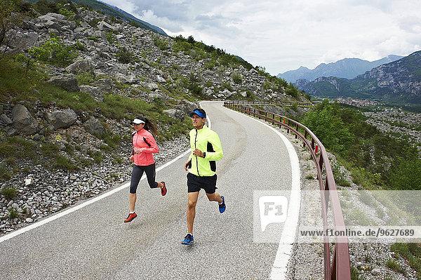 Italien  Trentino  Ehepaar auf der Straße am Gardasee