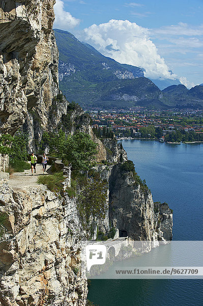 Italien  Trentino  Ehepaar am Gardasee