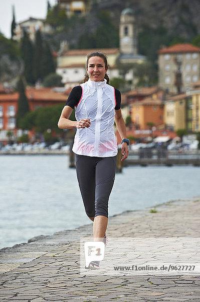 Italien  Trentino  Frau läuft am Gardasee