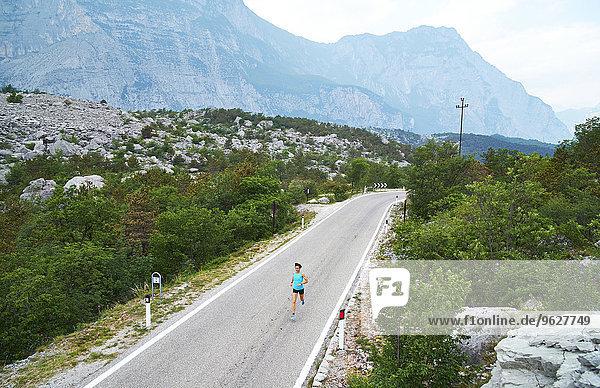 Italien  Trentino  Frau auf der Straße am Gardasee