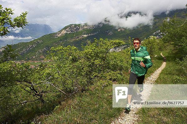 Italien  Trentino  Mann in der Nähe des Gardasees