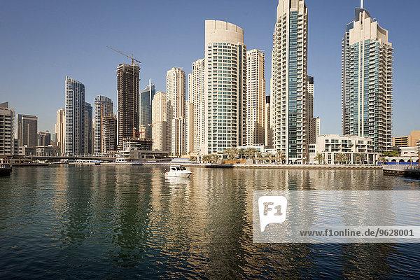 VAE  Dubai  Blick auf Wolkenkratzer in der Dubai Marina