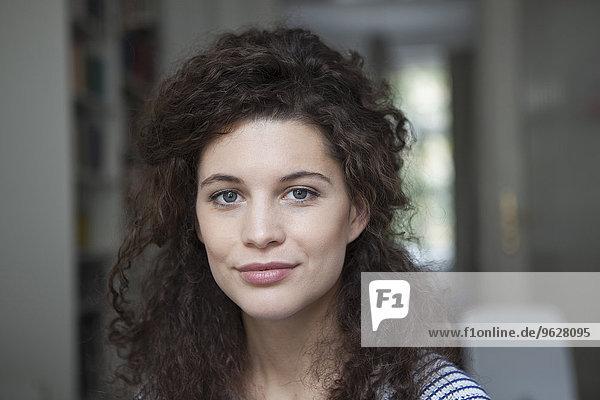 Porträt einer jungen Frau zu Hause