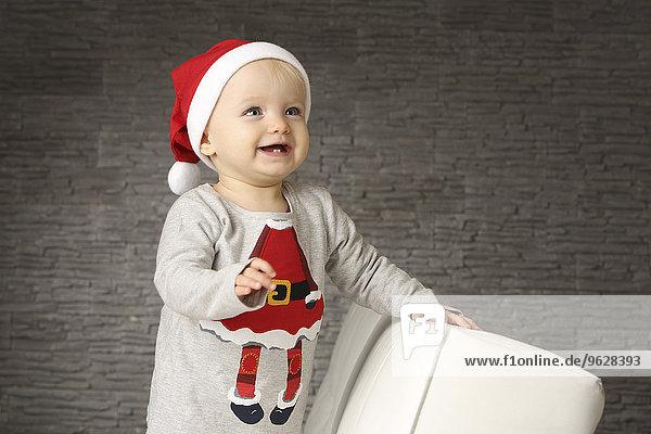 Lächelndes Mädchen mit Weihnachtsmütze